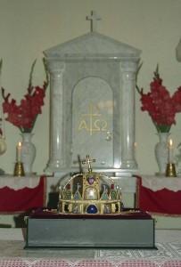 Szűz Mária magyar királynői Koronája a sükösdi Szeretet Háza oltárán 2000. június 30-án.