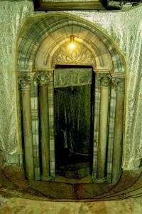 Betlehem. A Születés Barlagjához vezető lépcső bejárata a Születés Templomában.