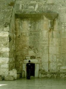 Betlehem. A Születés Templomának bejárata.