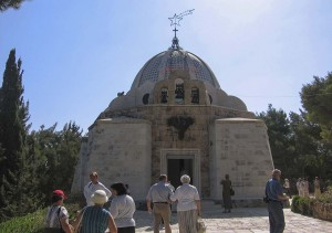 Betlehem. Sükösdi testvérek a Pásztorok mezején, a Pásztorok Temploma előtt.