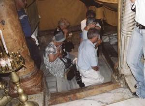 Betlehem. Sükösdi testvérek imádkoznak Jézus Krisztus Urunk jászolának helyénél.