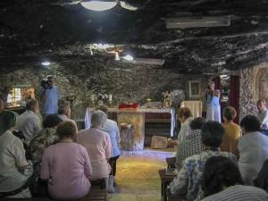 Betlehem. Szentmisére várva a Pásztorok Barlangjában.