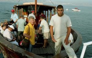 Genezáreti-tó. Ein-Gevnél bárkába szálltunk és indultunk Kafarnaum felé.