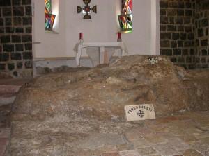 Hétforrás a Genezáreti tó partján. A Mensa Khristi, vagyis Jézus asztala nevű szikla a Péter elsőbbsége-templomban.