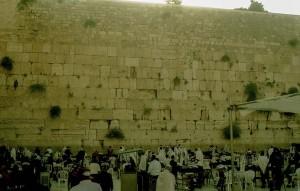 Jeruzsálem, Siratófal. Imádkozó zarándokok a falnál.