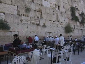 Jeruzsálem, Siratófal. Sükösdi testvérek a falnál.