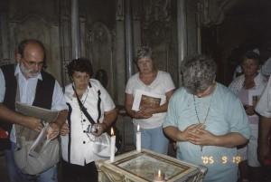 Jeruzsálem, Szent Sír-templom. A Jézus Vérét hordozó kő előtt a Szent Sír   Angyal-kápolnájéban.