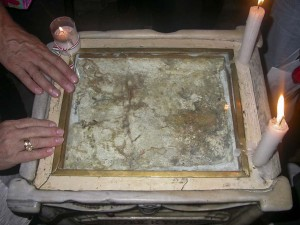 Jeruzsálem, Szent Sír-templom. A Szent Sír-kápolnában lévő Angyal-képolna. Kő, vagy megkövesedett homok Jézus Krisztus Urunk vérével.