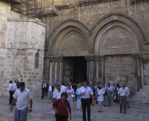 Jeruzsálem, Szent Sír-templom. Sükösdi testvérek a templom bejárata előtt.