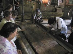 Jeruzsálem, Szent Sír-templom. Sükösdi testvérek imádkoznak az úgynevezett Megmosás Kövénél.