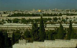Jeruzsálem látképe az Olajfák hegyéről nézve.