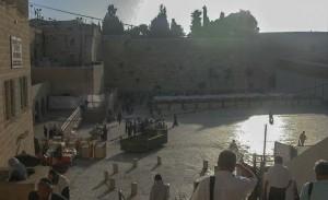 Jeruzsálem. Jézus Krisuztus Urunk elítélésének tere. Háttérben a Siratófal.