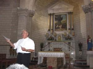 Kána. Antal atya beszél A víz borrá változtatásának templomában.