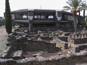 Kafarnaum egyik lakótömbjének maradványi, háttérben a Péter háza föléépített templom  jav