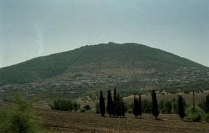 Tábor-hegy. A hegy tetején a Színeváltozás-bazilika épülete látható.