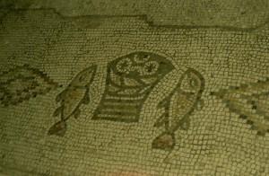 Tabgha a Genezáreti-tónál. Az első kenyérszaporítás helyén IV. századi mozaik a Kenyérszaporítás templomában.